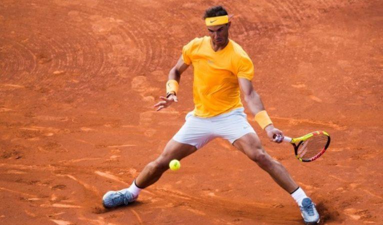Кадр из теннисного матча - принимающий теннисист