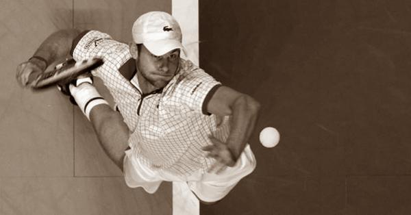 Сильная подача мяча в теннисе